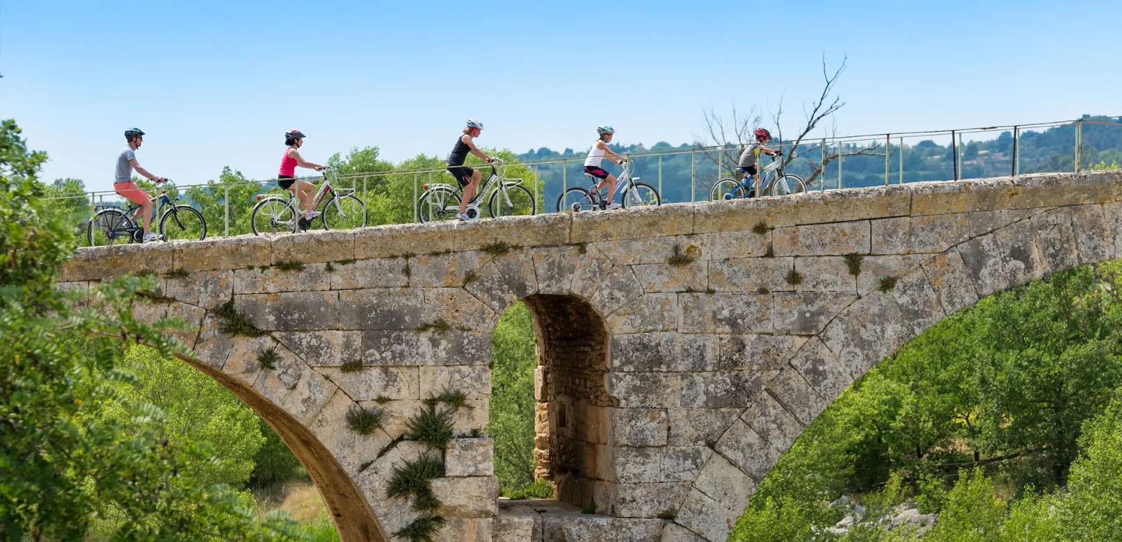 Pont Julien sur la Méditerranée à vélo © Colombe Prod